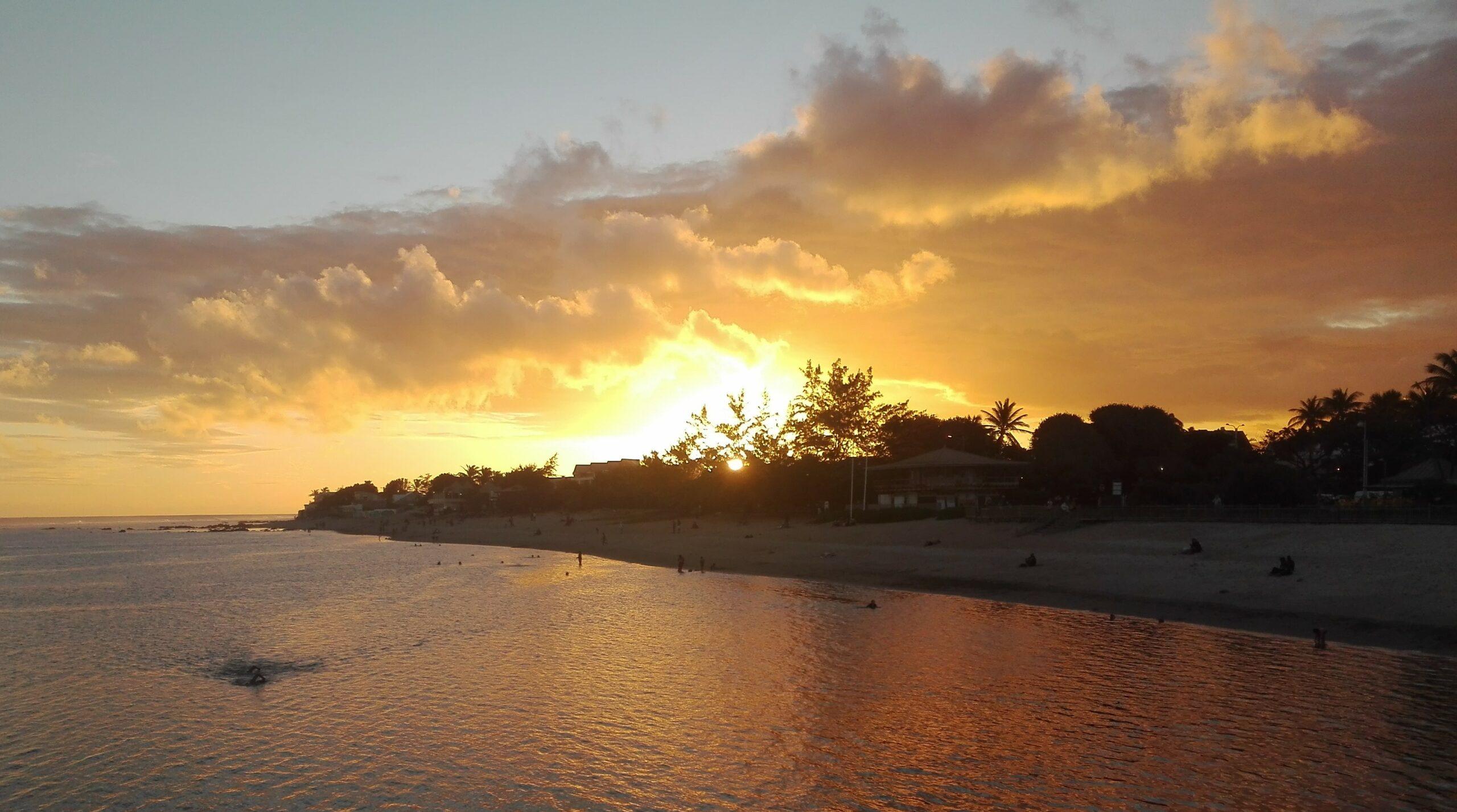 Coucher de soleil sur le lagon de St Pierre. (Photo : club journal)