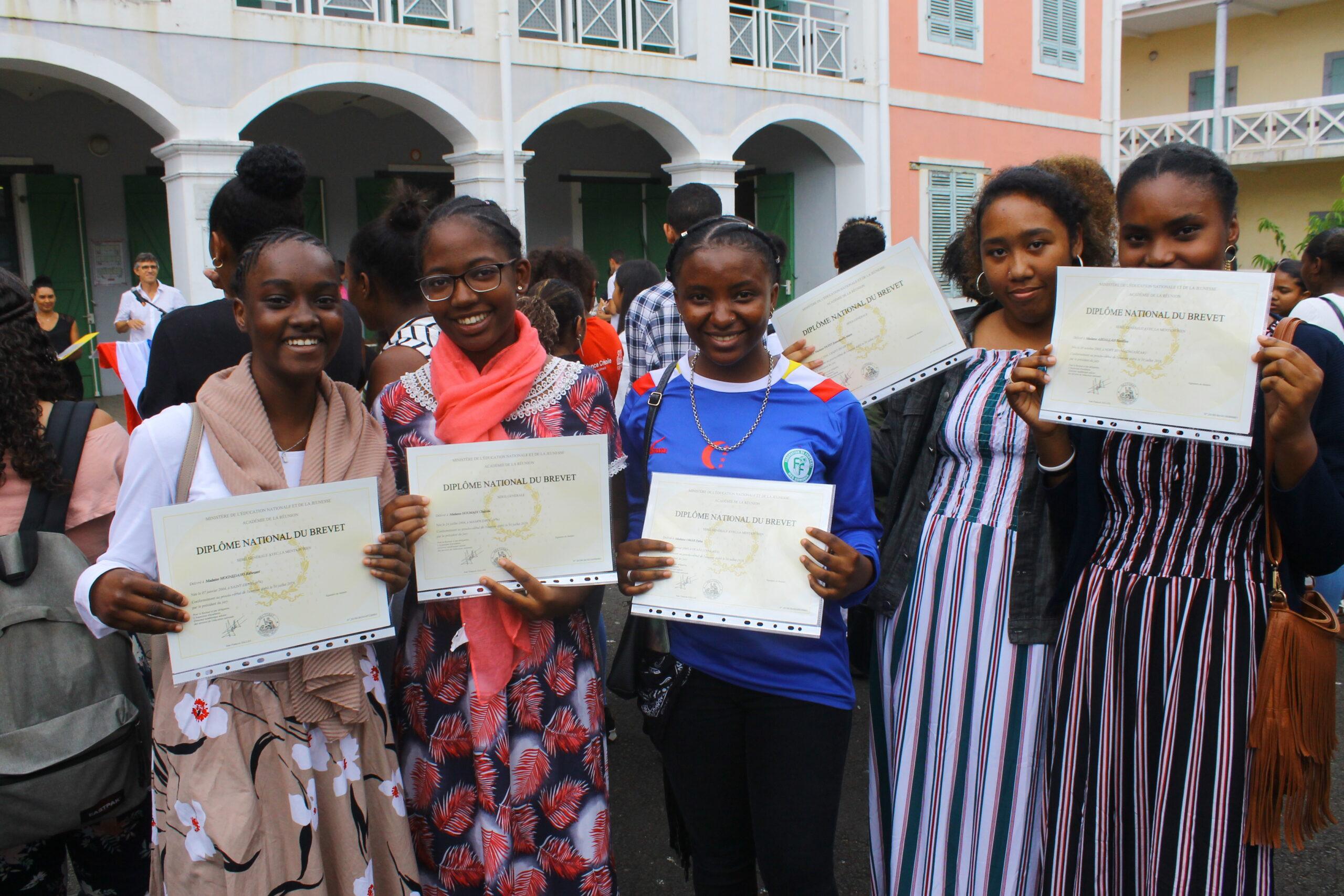 La fierté d'avoir obtenu leur Brevet se lit sur le visage de ces anciennes élèves du collège. Saurez-vous les reconnaître ? (Photo : Club Journal)